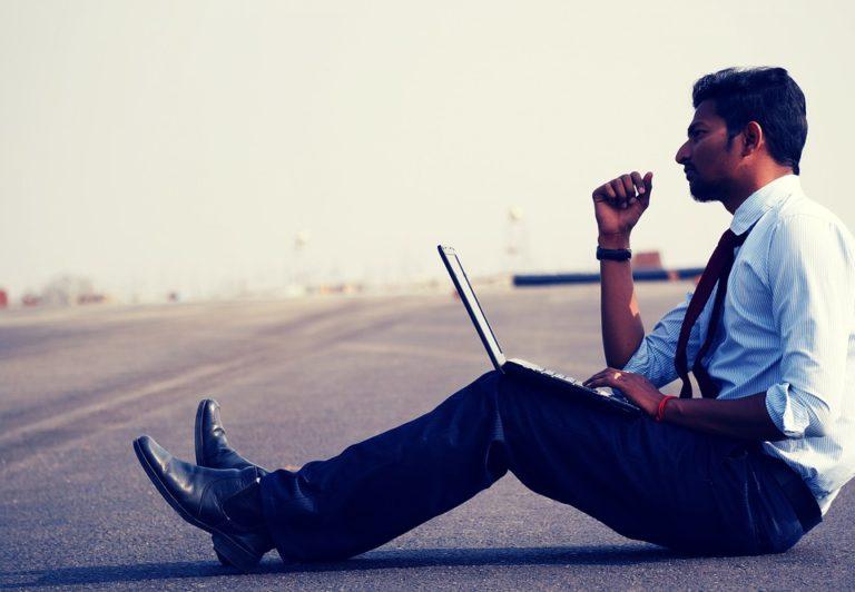 土手に座る男性